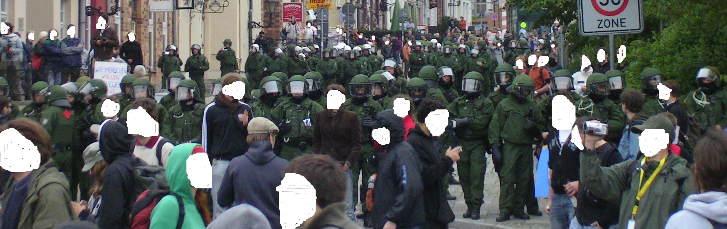 2.6.07 polizeirückzug demo rostock